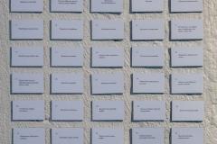 Happea, heliumiaPoriginal galleria15.5. – 1.6.2021Taiteilijaduot:Linda ja Aura (Linda Granfors ja Aura Hakuri) Juvonen & Rosa (Johanna Juvonen ja Biagio Rosa)KOLME-kollektiivi (Jenni Haili ja Marika Hyvärinen)Subliimit tulkinnat (Pauliina Pesonen ja Jolin Slotte)Neljän taiteilijaduon taiteellista toimintaa yhdistää eri tavoin ja eri kulmista tulkittu sama aihe, ihmisyys. Ihmisyys kurottaa duojen käsittelyssä kohti henkistä, se näkee unia peloista ja toiveista, se on juuttunut rakenteisiin, puheeseen ja poliittisiin sanoihin. Sitä ympäröi yhteiskunta, se on yhteiskunta ja leikkiä, juurettomuutta ja mielikuvitusta.Ihmisyys uuttuu teoksiin myös suhteena toiseen taiteilijaan, taiteilijatoveriin. Taiteilijaduot ovat muovautuneet yhdeksi kokonaisuudeksi, jota ei ole, jos toinen puuttuu. Duojen teokset ovat yksi ja samalla monta, enemmän kuin osiensa summa.